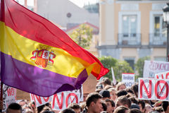 马德里、西班牙- 2016年10月26日-有旗子的在抗议的学生和标志反对教育政治在马德里,西班牙 库存照片