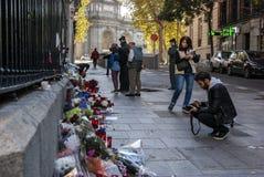 马德里、西班牙- 2015年11月15日-花、蜡烛和和平标志反对恐怖袭击在巴黎,在法语Embass前面 免版税图库摄影