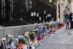 马德里、西班牙- 2015年11月15日-花、蜡烛和和平标志反对恐怖袭击在巴黎,在法语Embass前面 库存照片
