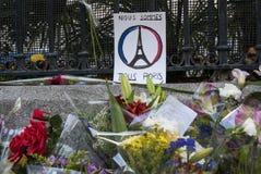 马德里、西班牙- 2015年11月15日-花、蜡烛和和平标志反对恐怖袭击在巴黎,在法语Embass前面 图库摄影
