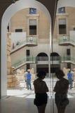 马德里全国考古学博物馆的访客  库存图片