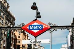马德里在入口的地铁标志对卡亚俄驻地 免版税库存照片