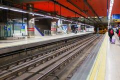 马德里在Chamartin驻地的地铁平台 库存图片