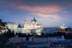 马德里地标在晚上 圣玛丽亚la Real de La Almudena Cathedral和王宫风景  美好的地平线在 图库摄影
