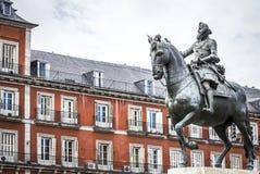 马德里有飞利浦国王雕象的广场市长III 免版税库存图片