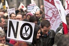 在马德里抗议游行的夫妇。 库存图片