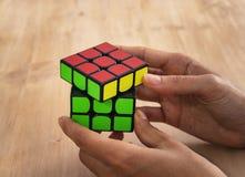 马德里,西班牙;2019年2月06日:Rubik立方体难题智力解决的玩具比赛,三边 库存照片