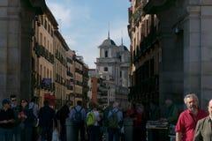 马德里,西班牙- 2018年5月:拥挤的街在马德里和Colegiata de圣伊西德罗在背景中 免版税图库摄影