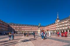 马德里,西班牙- 2017年9月26日:广场市长的Bulding有飞利浦国王雕象的III 复制文本的空间 库存图片