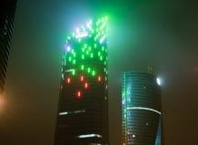 马德里,西班牙- 2017年12月25日:摩天大楼在与阴霾的晚上 库存图片