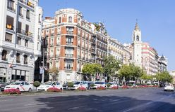马德里,西班牙- 2017年10月13日:繁忙的大道充满汽车和出租汽车在一个晴天 免版税库存照片