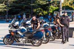 马德里,西班牙- 2017年9月26日:警察在摩托车的马德里巡逻 复制文本的空间 库存照片