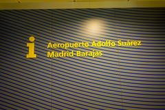 马德里,西班牙- 2017年8月18日:马德里巴拉哈斯机场,首都的主要国际机场的情报标志  免版税库存照片