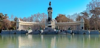 马德里,西班牙- 2018年2月13日-:对阿方索十二世的纪念碑池塘的在雷蒂罗公园在马德里,西班牙 免版税库存图片
