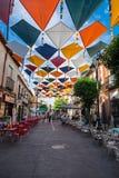 马德里,西班牙2014年7月25日,背景五颜六色的街道装饰 库存照片