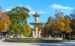 马德里,西班牙- 2013年11月9日, :旅游业在西班牙 喷泉是有很多人参加的在Retiro公园 人拍照片 免版税图库摄影