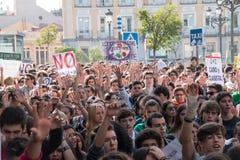 马德里,西班牙- 2016年10月26日-保留手的学生在抗议反对教育政治在马德里 库存照片