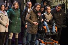 马德里,西班牙- 2015年12月20日- Podemos党候选人谈话与人群 免版税库存照片