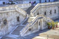 马德里 王宫的台阶从Sabatini公园的 免版税库存照片