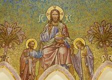马德里-耶稣基督和传道者从Iglesia de圣Manuel y圣Benito主要近星点的彼得和约翰马赛克  免版税库存照片