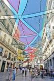 马德里/西班牙- 07 23 2012年:在街市路面的看法与大五颜六色的太阳保护者 免版税库存照片