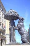 马德里 雕塑和徽章熊和Strawberr的 库存图片