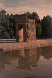马德里Templo de Debod古老埃及寺庙spotlit全景 库存照片