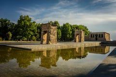 马德里Templo de Debod古老埃及寺庙spotlit全景 库存图片