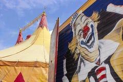 马戏和小丑是乐趣和怪异的幻想 免版税库存照片