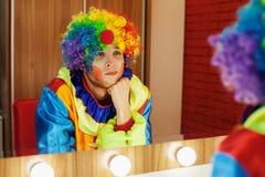 马戏团小丑在一个镜子看在构成屋子里 图库摄影