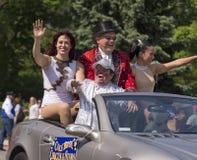 马戏团演员招呼人群在阵亡将士纪念日游行 免版税图库摄影
