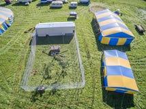 马戏场帐篷和白色老虎的鸟瞰图 免版税库存照片