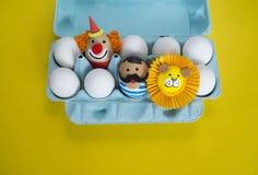 马戏 复活节的概念用逗人喜爱和快乐的手工制造鸡蛋 免版税库存图片