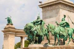 马扎尔人的七个头目的雕象在英雄正方形的在布达佩斯,匈牙利 库存照片
