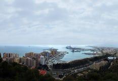 马拉加的全景空中图象在显示与口岸和船坞的海岸有周围的城市旅馆的和船的西班牙海上 库存图片