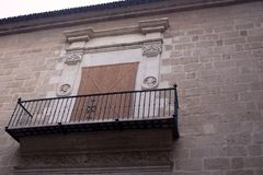 马拉加,西班牙大教堂  有伪造的栏杆的有趣的阳台在大教堂的石古老墙壁上 库存照片