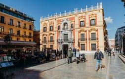 马拉加,西班牙- 2017年12月5日, :主教走动宫殿门面和的游人坐餐馆大阳台和 库存图片