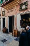 马拉加,西班牙- 2017年12月5日, :普遍的El Pimpi小酒馆的门面在马拉加市中心与横渡在前面的人 免版税库存照片