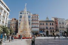 马拉加,西班牙- 2017年12月5日, :马拉加在圣诞节的市中心生活看法,当人走在街道和商店 免版税库存图片