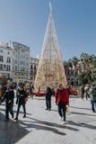 马拉加,西班牙- 2017年12月5日, :马拉加在圣诞节的市中心生活看法,当人走在街道 免版税库存图片