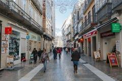 马拉加,西班牙- 2017年12月5日, :马拉加市中心生活看法,当人走在街道和商店和餐馆 免版税库存照片
