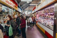 马拉加,西班牙- 2017年12月5日, :Atarazanas市场内部走廊视图与买在商店的人的里面 免版税图库摄影