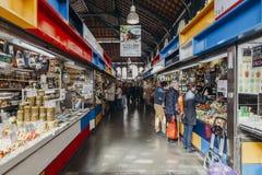 马拉加,西班牙- 2017年12月5日, :Atarazanas市场内部走廊视图与买在它里面的商店的人的,在Mala 图库摄影