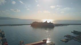 马拉加,西班牙- 2018年9月27日 靠码头的途易邮轮米恩希夫5游轮空中射击早晨 库存图片