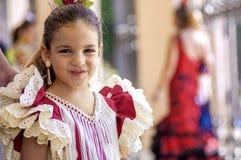 马拉加,西班牙- 8月, 14 :佛拉明柯舞曲样式礼服的小女孩 库存照片