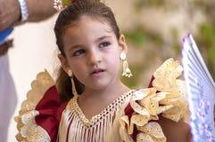 马拉加,西班牙- 8月, 14 :佛拉明柯舞曲样式礼服的小女孩 图库摄影