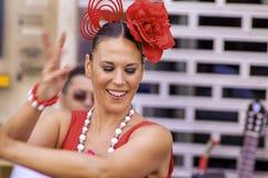 马拉加,西班牙- 8月, 14 :佛拉明柯舞曲样式礼服的舞蹈家在t 免版税库存照片