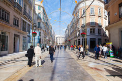 马拉加,西班牙- 2015年12月2日:日间走由马拉加Larios街的游人和其他人民  免版税库存照片