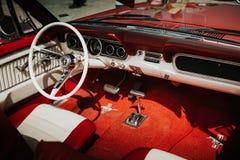马拉加,西班牙- 2016年7月30日:1966年在红颜色的Ford Mustang内部图,停放在马拉加机场,西班牙 库存照片