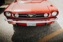 马拉加,西班牙- 2016年7月30日:1966年在红颜色的Ford Mustang正面图,停放在马拉加,西班牙 库存图片